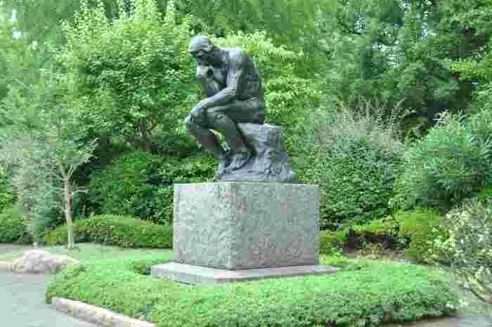 敷地内の庭には日本でも親しまれているロダンの「考える人」像が展示されています。緑が茂る背景が像をさらに際立たせていますね。