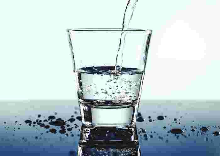 ゆっくりとお風呂に浸かる時は、しっかりと水分補給を行うようにしましょう。常温の水を常備しておくか、入浴前にコップ1杯分を補給するようにしてください。水分を補給する事でデトックス効果がアップします。