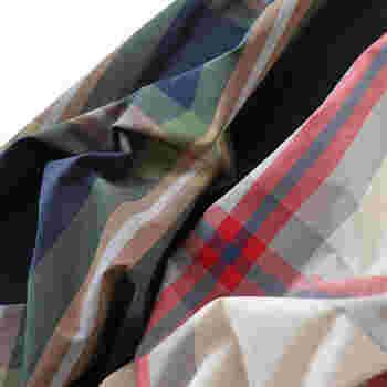 生地は一般的なコットンのシャツ地。適度なハリがあり、さらりとした品のある生地感で、ボリュームがありながらも軽やか。カラーはアイボリーとネイビーの2種類。