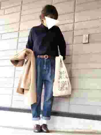シンプルなニット×マムジーンズのコーデ。ウエストマークしたベルトがアクセントになっていてかわいい。かっちりコートできちんと感を出して。