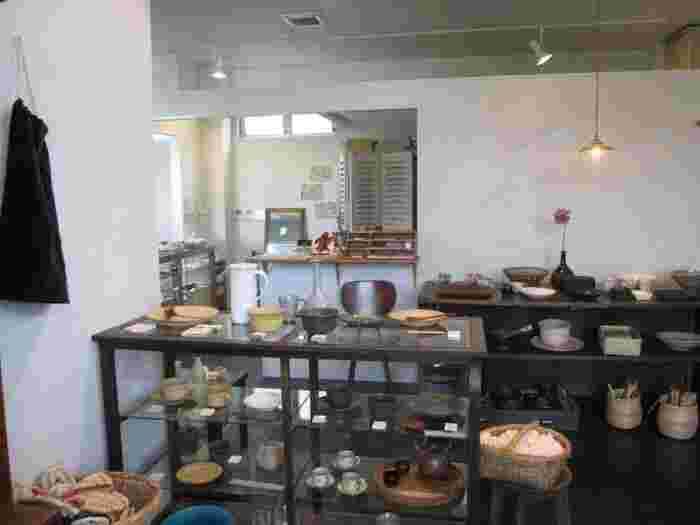 ナチュラルテイストの食器や生活雑貨が購入できるスペースも。