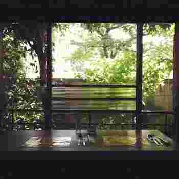 インパクトのある外観のイメージとは対照的な、静かで落ち着いた店内。レトロな窓ガラスが昭和の歴史を感じますね。間接照明と自然光だけと、雰囲気にもこだわっています。