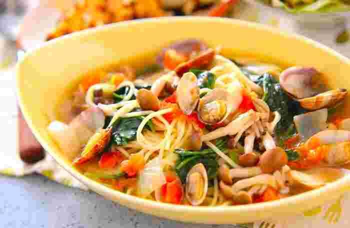 魚貝類を使ったスープパスタなら、魚や貝類から染み出した旨み成分を余すところなく堪能できます。調理法が限られてしまうアサリも、スープパスタならお野菜と一緒に美味しくいただけますね♪