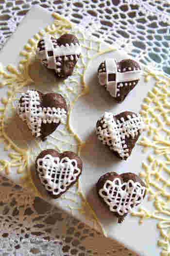ハート形のチョコレートマカロンは、バレンタインデーのプレゼントにもぴったり。アイシングでデコレーションすれば、オシャレなマカロンに。