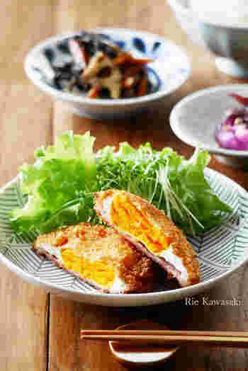 ハムエッグをフライにしたら、お弁当のおかずとしても詰めやすくなりました。半分にカットして、黄身の鮮やかさを楽しみましょう。
