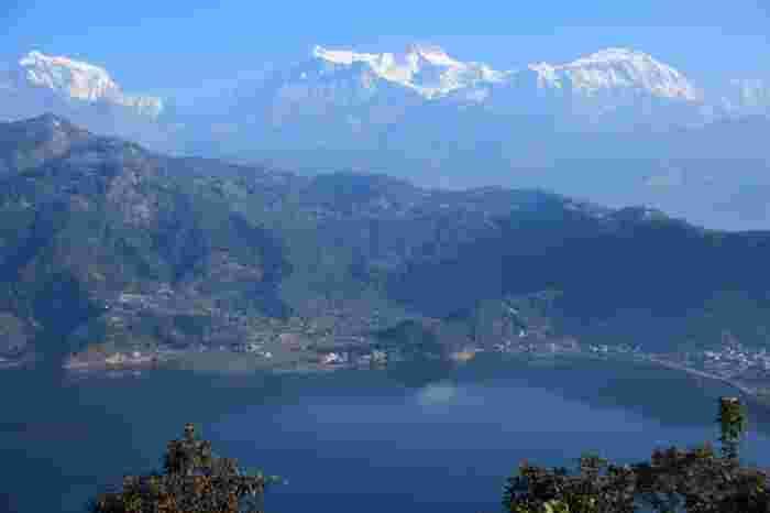 ヒマラヤ山脈アンナプルナ連峰への拠点となるネパールの都市、ポカラ市内にあるペワ湖は、ネパールで2番目の面積を誇ります。ペワ湖は、天候に恵まれると、湖が鏡のようにヒマラヤ山脈アンナプルナ連峰を映し出す「逆さヒマラヤ」を見ることができるスポットとして知られています。