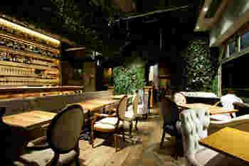 ファクトリーカフェ 梅田・茶屋町は、阪急梅田駅から徒歩約2分という抜群の立地を誇るカフェ&ダイニングバーです。木目調のインテリアで統一された店内には緑があふれており、都心に居ながらオアシスを訪れたような気分を味わうことができます。