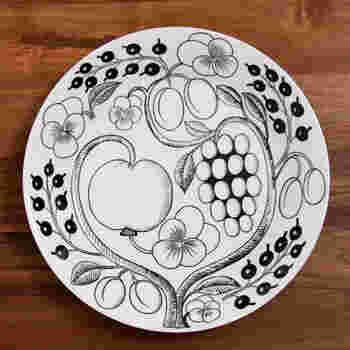 """イッタラと並んで人気のフィンランドの陶磁器ブランド「アラビア」。クラシックシリーズの""""パラティッシ""""は、フルーツや花々が緻密な構図で描かれた魅惑的なデザイン。ブラックパラティッシは、モノトーンながら華やかにテーブルを彩ってくれます。"""