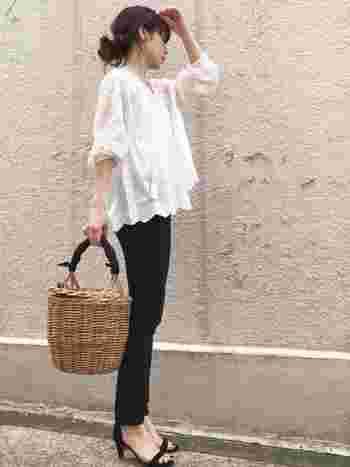 春は清楚で上品な「ブラウス」も欠かせないアイテムですよね。こちらのコーディネートは、フェミニンなデザインのブラウスと、タイトな黒スキニーの組合せが女性らしい印象です。着こなしに季節感と軽やかさをプラスするおしゃれな小物使いも、さっそくお手本にしたい素敵なコーディネートです。
