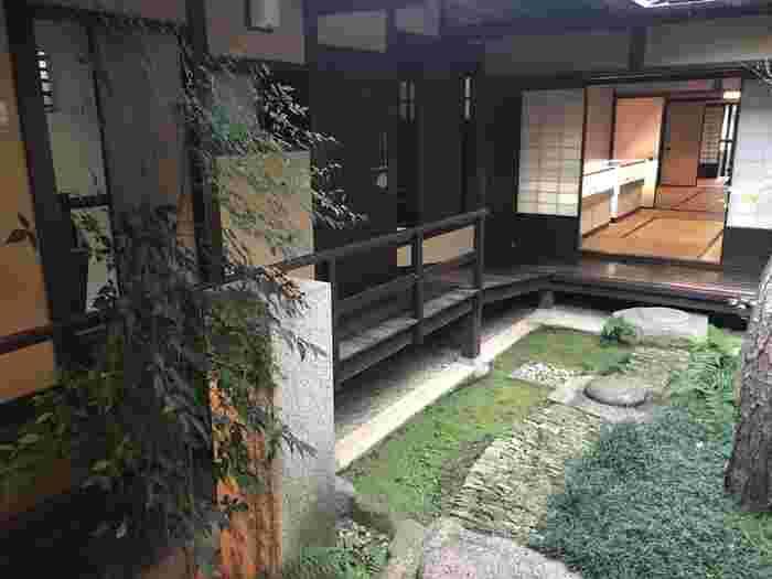 中庭と磨かれた廊下に風情を感じます。「ならまち格子の家」には、ついつい長居したくなるような穏やかな時間が流れていますよ。