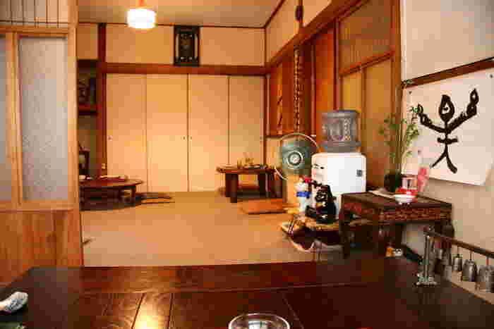 カフェは2階にあります。ちゃぶ台がある風景は、田舎のおばあちゃんちに遊びに来たような感覚でしょうか、ほっこり、ゆったりくつろげるという方が多いようです。昭和レトロや古き良きものが大好きな方には最高の癒し空間ですね。