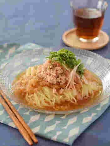 こちらは市販の冷やし中華麺を利用したアレンジレシピです。大根おろしとあわせることで、簡単おろしだれに。ごま油のコクと風味が程よいポイントになっています。