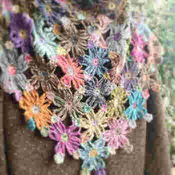 編みためたモチーフをいつも使うバッグやブランケットに仕上げていきます。 「ここにはこのモチーフがいいかな・・・」と色のバランスをみながらあれこれ考えるのも大作ならではの醍醐味です。