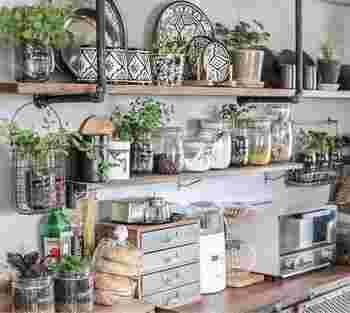調味料や器と一緒にハーブをたっぷりと飾って。ハーブは植木鉢に植えずにメイソンジャーや鍋などキッチン関連のものに植えているんだそう。そうすることでキッチンでも違和感なくしっくりと馴染んでいます。