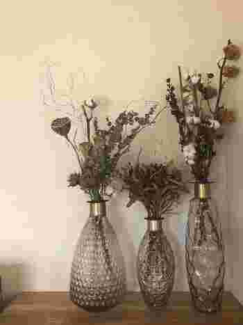 こちらは数種類のドライフラワーを組み合わせてアレンジした、豪華で華やかな雰囲気のディスプレイです。モダンなデザインの花瓶や、高低差をつけたリズミカルな活け方もおしゃれですね。