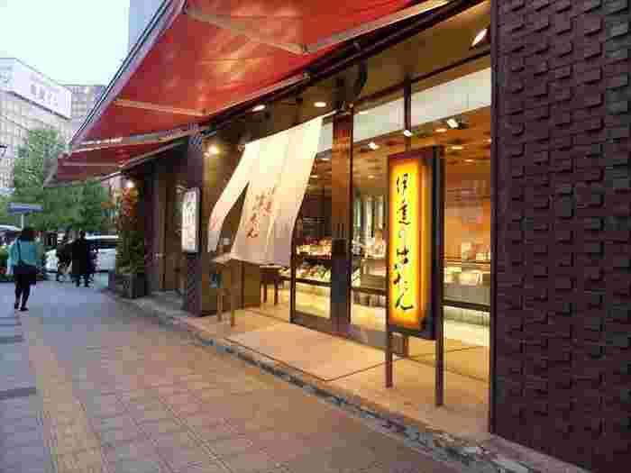 JR仙台駅の西口より徒歩約7分の距離にある「伊達の牛たん本舗」本店。