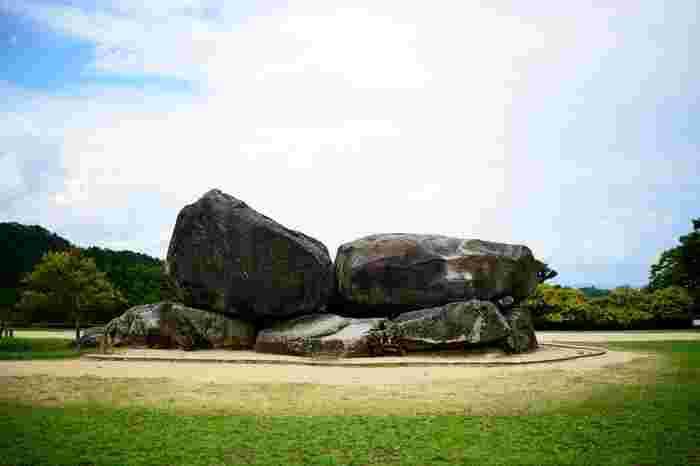 奈良県中部に位置する明日香村。その代表的な歴史スポットが石舞台古墳です。聖徳太子と共に政治を行った蘇我馬子の墓とされていて、日本最大級の石室古墳です。石室の中には入ることもできますよ。