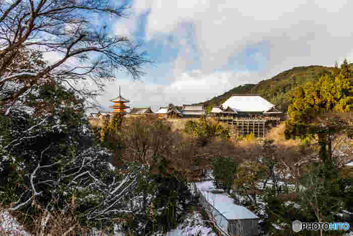 """【画面向かって左が、京都東山のシンボル「三重塔」。右が、""""清水の舞台""""として知られる国宝の本堂。】"""
