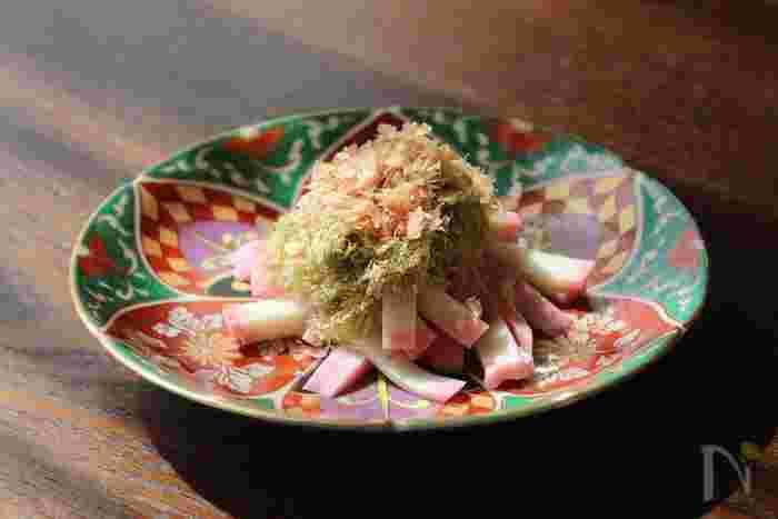 かまぼこに塩とごま油を加えて混ぜ合わせ、とろろ昆布とかつお節をトッピングするだけで完成する簡単・和え物レシピです。短時間で手早く作れる副菜は忙しい朝にぴったり。お弁当にピンクのかまぼこを添えると、彩もぐっと華やかになりますよ。