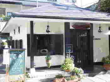 千光寺山ロープウェイ山麓駅のすぐそばにある「茶房こもん」。尾道出身の映画監督・大林宣彦さんが映画のロケで使用したり、撮影中のスタッフやキャストが利用したことでも知られています。
