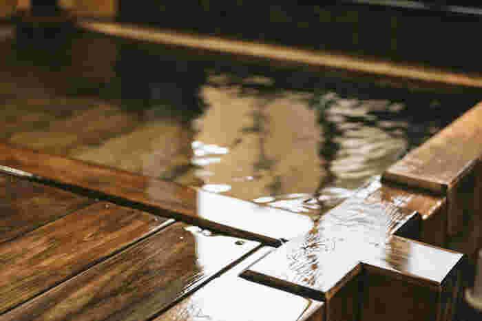 """日本における風呂(入浴)の歴史は、仏教の伝来とともに始まったと言われています。仏教では、穢れを落とす""""沐浴""""は、仕える身にとって大事な勤めでありますが、沐浴で得られる*功徳についても積極的に説かれています。  多くの寺院で、入浴施設として浴堂(湯屋・温室)が建造され、僧侶の沐浴はもちろんのこと、貧しい人や病人へも開放され、施浴(施湯・湯施行)が行われていました。それは、単なる浴室、入浴とは異なり、衛生施設に不足していた時代においては、今日における病院の役割を果たす社会事業であり、""""施浴""""は、大切な布教活動でもありました。"""