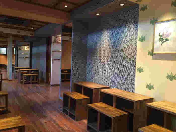 """店内のコンセプトは、""""フランス人がイメージする日本の茶室""""。オリジナルモチーフの壁紙が洗練された印象です。"""