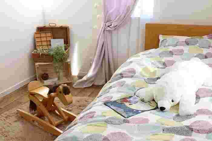 カーテンや寝具のカバーのカラーや色味を統一するだけでも、お部屋の雰囲気作りに…。お子さまの好きなカラーを取り入れてあげると喜んでくれそうでうよね!