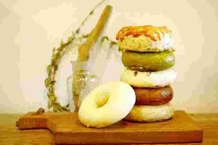 ベーグルは、プレーン、バジルチーズ、抹茶にホワイトチョコ、有機クランベリー、有機チョコ、くるみといちじくの6種類。