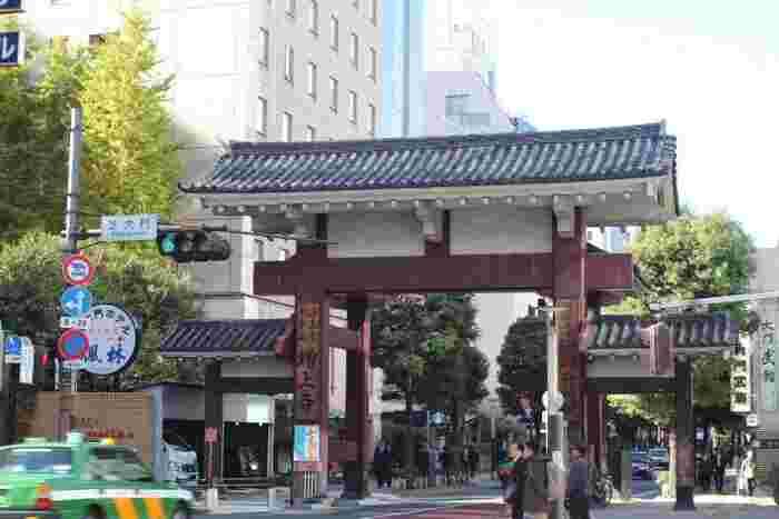 境内には3つの門があり、それぞれに意味を持っています。また、敷地内には徳川将軍家墓所もあり、二代目将軍秀忠をはじめとする6人の将軍が埋葬されています。徳川家にあやかった勝運の他、厄除け、交通安全などのご祈祷も受けることができます。
