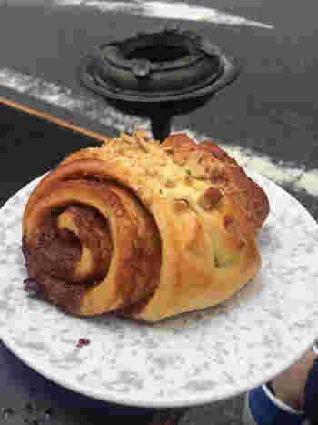 巻貝のようにぐるぐると渦になったこちらのパンは、なんとシナモンロール。シナモンを生地に練り込み焼き上げた、北欧では良く食べられているお菓子です。