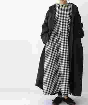 白黒のギンガムチェックのワンピースを、シンプルに着こなしたモノトーンコーデ。可愛らしい印象のギンガムチェックも、モノトーンなら、シックな印象で大人っぽく着こなせます。レギンスや靴下などにアクセントを入れても◎。