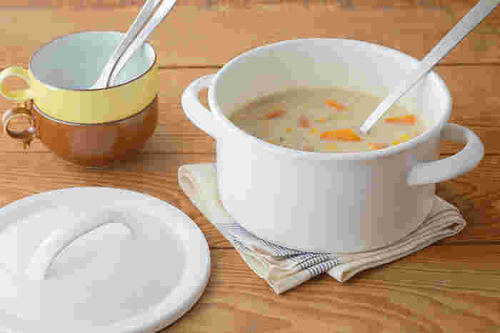爽やかで温かみのある白い鍋肌が美しい「月兎印」の「キャセロール」。薄手で軽量なホーロー鍋をお探しの方におすすめです。どこか懐かしさを感じさせる雰囲気が漂いますが、モダンなキッチンにも合う洗練されたデザインが魅力です。  「ゲット」という愛称で親しまれる「月兎印」。ひとつひとつ熟練の職人の手作業によって丁寧に生み出される製品たちは、長い時を経て今なお多くの人たちを魅了しています。