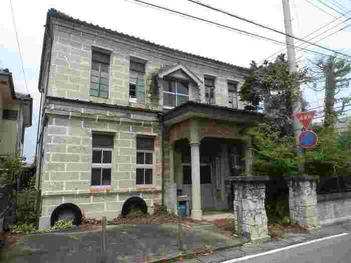 嘉右衛門町地区は、その多様な町並みが栃木県初の重要伝統的建造物群保存地区として選定されています。地区内の建物も国登録の有形文化財に指定されているものが多く、石造建築のこちらは「下都賀酒造協同組合事務所」として使われていたもので、当時のままの姿が残されています。