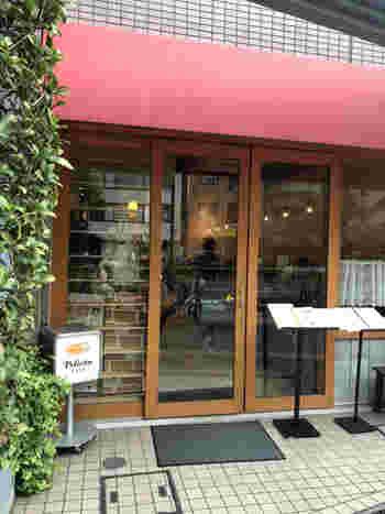 田原町駅から数分歩いた国際通りにある「ペリカンカフェ」は、昭和17年から続く老舗「パンのペリカン」の直営カフェ。赤いテントと入口のペリカンマークが目印です。