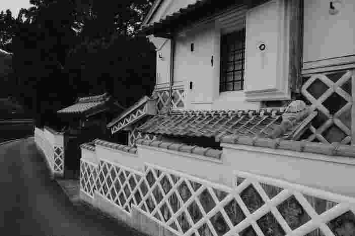 景勝地の宝庫として知られる松崎町には、史跡も数多く残されています。街中には「なまこ壁」と呼ばれる白漆喰と灰色をした瓦屋根のコントラストが美しい風情ある建物が数多く現存しています。