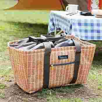 籐のバスケット? いいえ、実はこれ、クーラーバッグなんです。籐かごのようなプリントのバッグは、内側にアルミ加工を施した保冷仕様。スーパーの買い物カゴにジャストサイズなので、レジャーの日だけじゃなく毎日のお買い物にも使えます。