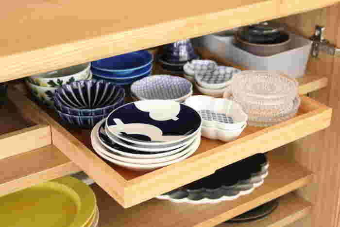 引出しタイプの食器棚ではない場合は、トレーにのせればまるで引出しのように使うことができます。 奥の小皿も引き出す度に目に入るので、バランス良く使うことができそうですね。