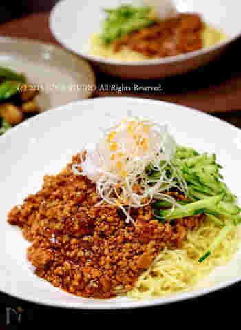 日本でジャージャー麺といわれる麺料理は、中国では「炸醤麺(ジャージアンミエン)」といわれるもの。本場の炸醤は塩辛いそうですが、日本では甜面醤などで甘めに仕上げるのが一般的ですね。おうちでも簡単に作れます。
