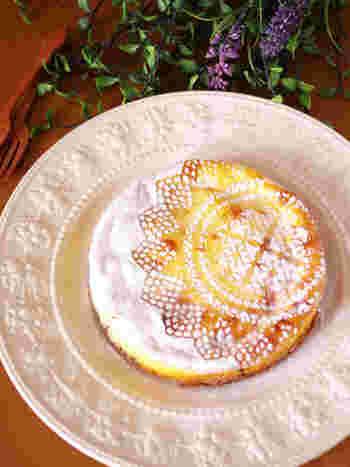 生クリームの代わりに牛乳を使った軽やかな味わいが特徴のチーズケーキです。粉糖で模様をつけると、手の込んだスイーツに見えますね!