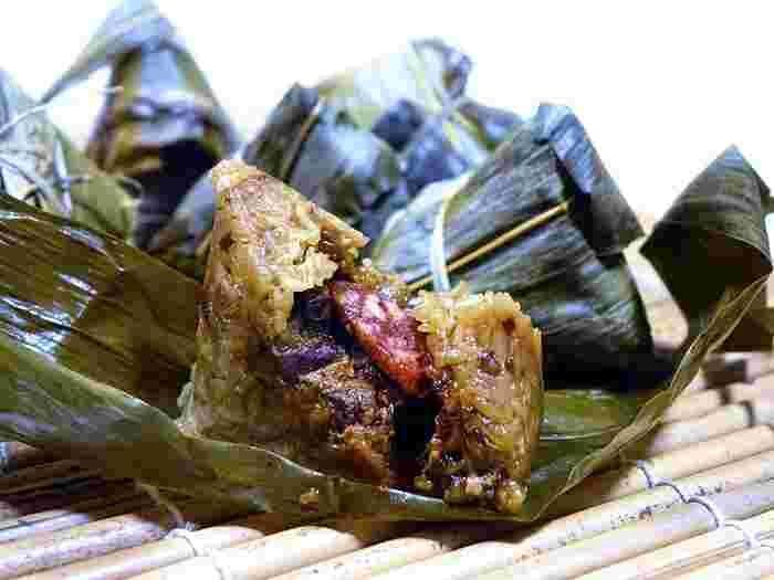 B級グルメの発祥の地・台南。中でも台湾人が「台南がNO1」と口を揃えるのが前述の担仔麺とこのちまきです。モチモチのもち米の中に甘く煮込んだ椎茸や栗、塩漬けの卵黄、豚肉などがたっぷり詰め込まれているモノもありボリューム満点。基本の肉入りのほか、海鮮が入った高級ちまきもあります。