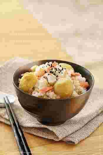 秋の味覚、栗を炊き込みご飯に。ポイントは、フライパンでじっくりと炒った「炒り玄米」を白米に加えて炊くこと。香ばしくて、食感もよく、栄養も優れた炒り玄米が入ることで、とても新鮮な印象の炊き込みご飯になります。