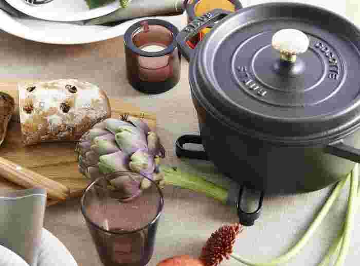 STAUB(ストウブ)ピコ・ココットは、鉄と炭素の合金である鋳物でつくられた鍋。長年使われてきた伝統的な鋳物鍋に、エマイユ(ホーロー)加工を施し、進化させたのがストウブです。