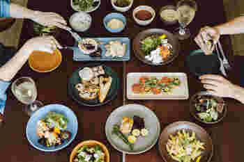 シンプルだけど洗練されたデザインは、普段の食卓も楽しいものになりそうですね。使い勝手の良い厚みと独特の色合いがお料理を引き立ててくれます。