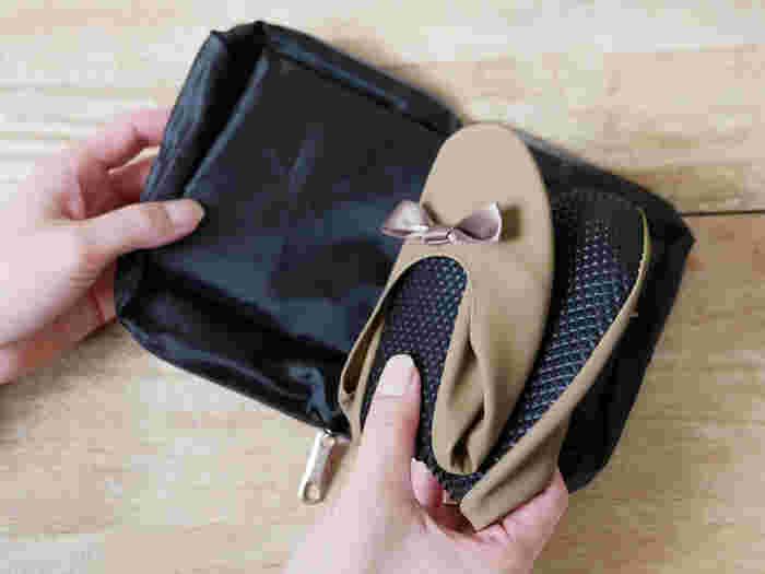 旅行の道中や宿泊先でも履きやすい携帯用バレエシューズは、持っておきたいアイテム。 「レ プリエ バトゥ」の携帯スリッポンは、柔らかなインソールが疲れた足を優しく包んでくれます。 軽くてフィット感も抜群です。