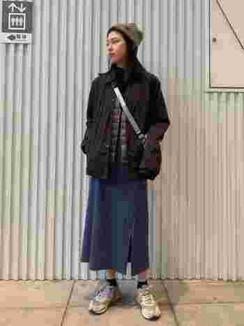 明暗差のあるアウター×ベスト合わせがポイントの古着風カジュアルコーデ。メンズのようなクールさもありつつ、ロングスカートで女性らしくまとめています。ブラウン、ベージュ、ブルーといったくすみカラーで合わせることで、どこかアンニュイな雰囲気漂うレトロな着こなしに