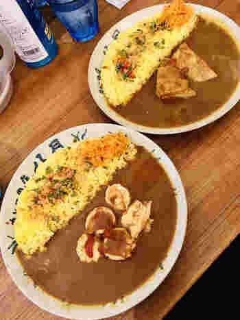 「ポークカレー」(上)と「海老カレー」(下)。海老カレーは濃厚な海老の出汁がしっかり効いて芳醇な味わい、ポークカレーはホロホロになるまで煮込んだ豚バラがコクのある味わいです。シンプルな見た目ですがスパイスもしっかり効いており、通もうなる美味しさです。