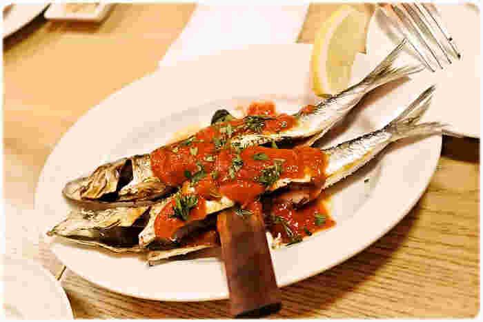 この店で絶対食べておきたいのは「イワシの串焼き」。オーナーシェフがアンダルシアでの修行中に、海の家で食べて衝撃を受けた料理だそう。スペインには日本人の舌に馴染む料理が多く、魚介をシンプルに調理したものもその一つ。この店でもイワシをはじめ、築地で仕入れた新鮮な魚介を使った料理は見逃せません!キリッと冷えた白ワインがどんどんすすみます。