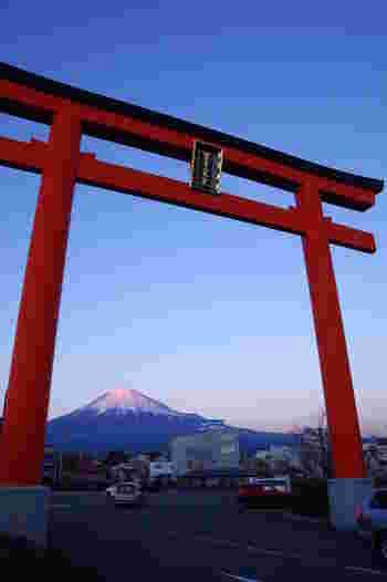 そして、富士山と一緒にぜひ訪れてほしいのが、全国の浅間神社の総本社であり、富士山をご神体とする「富士山本宮浅間大社」。富士山の頂上に奥宮があります。 富士山は、静岡県と山梨県の県境にあり、その所有はどちらか、たびたび話題になりますが実は所有するのはこの神社(八合目~頂上)。