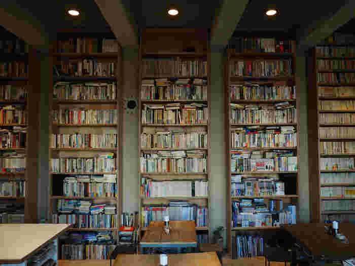 約2万冊ある圧巻の書籍。マニアが喜ぶ稀少本から日本文学史を彩る名作まで、どの本も自由に読んで下さい。気になる一冊を手にとって、美味しいフードやドリンクと一緒に現代の「文学」を満喫できます。