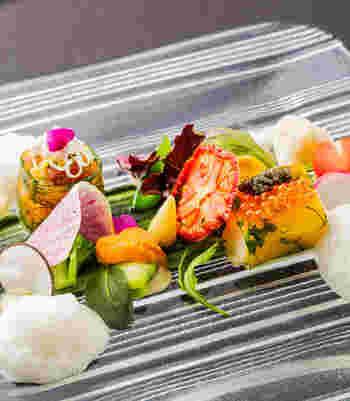カラフルな前菜から始まるコースは目も舌も楽しませてくれます。丹波鶏や明石の鯖など、地元の食材を活かしたメニューも魅力。